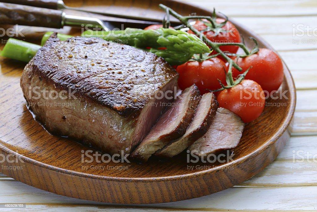 La carne de res a la parrilla, bistec con adorno de vegetales y tomates (espárragos) foto de stock libre de derechos