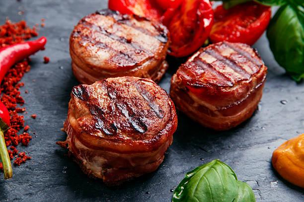 grilled meat fillet steak wrapped in bacon medallions - sirloin stockfoto's en -beelden