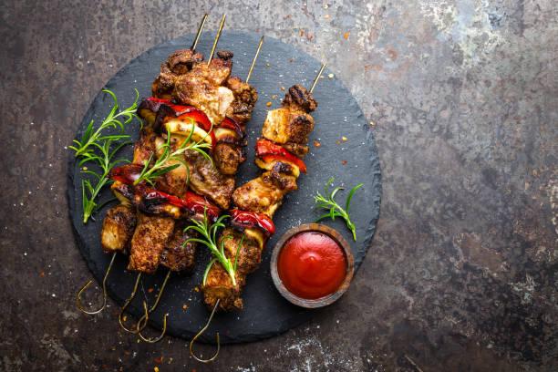 Gegrillte Fleischspieße, Schaschlik mit Zwiebeln und Paprika – Foto