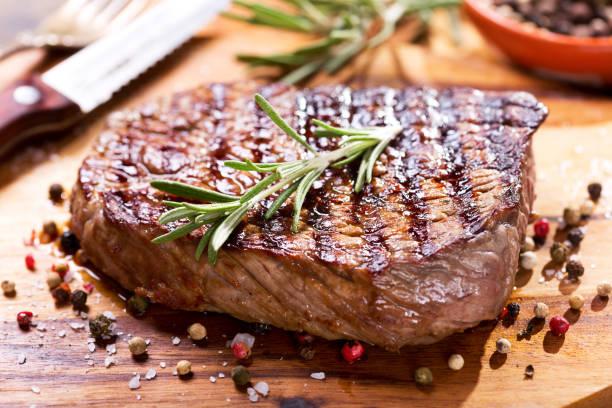 gegrild vlees met rozemarijn - ribeye biefstuk stockfoto's en -beelden