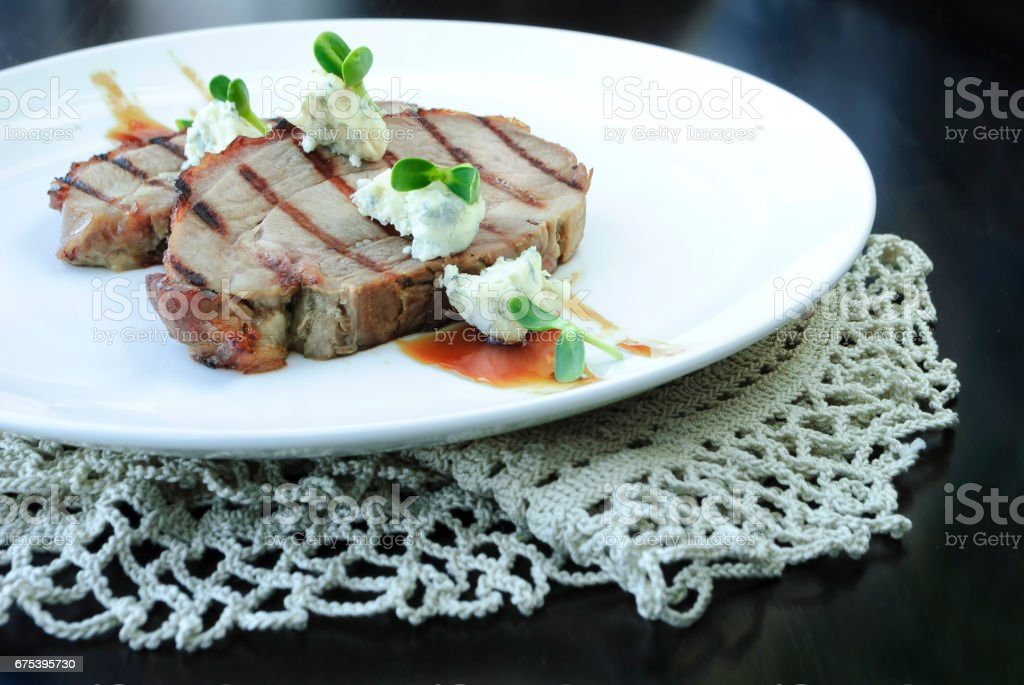 Grilled meat with sauce and cheese photo libre de droits