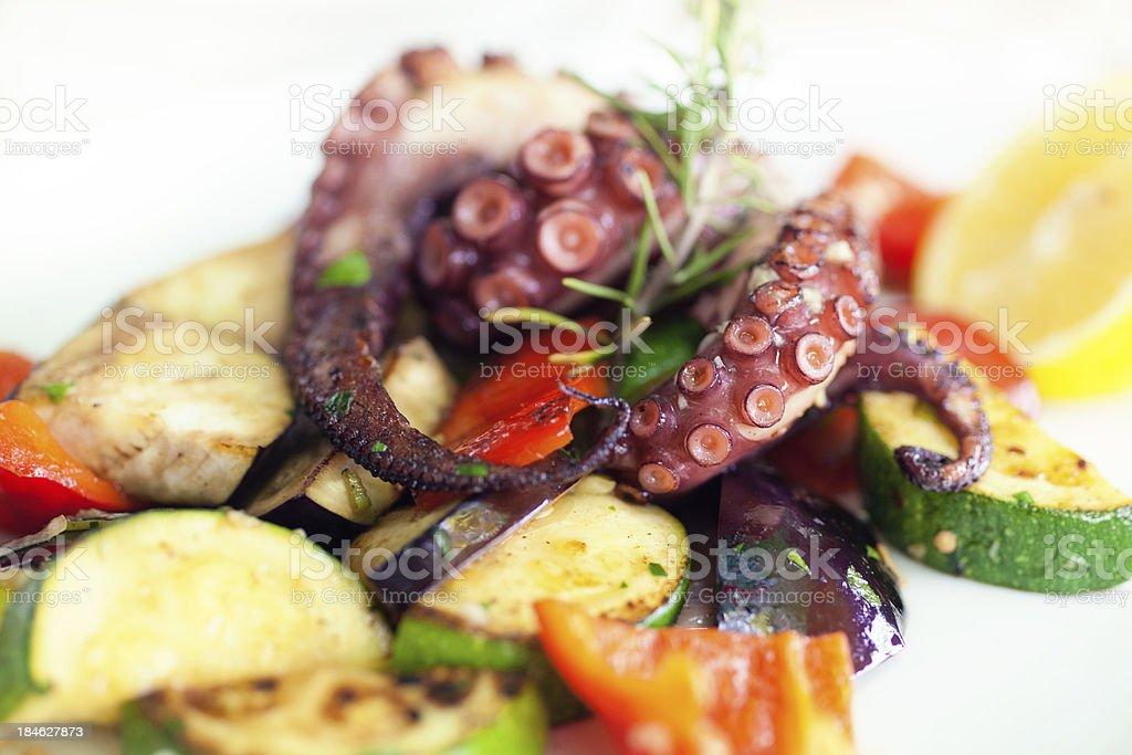 Gegrillte Tintenfisch mit Gemüse – Foto