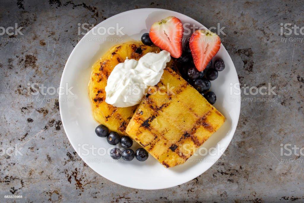 Grillad ananas med yoghurt royaltyfri bildbanksbilder