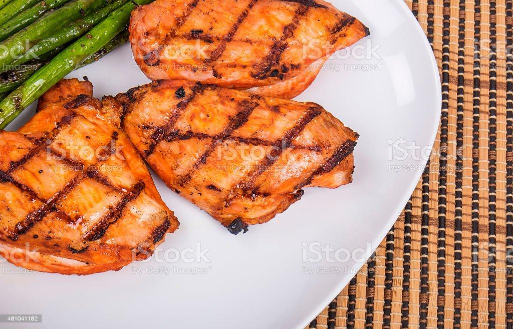 O Piri Piri frango grelhado e aspargos - foto de acervo