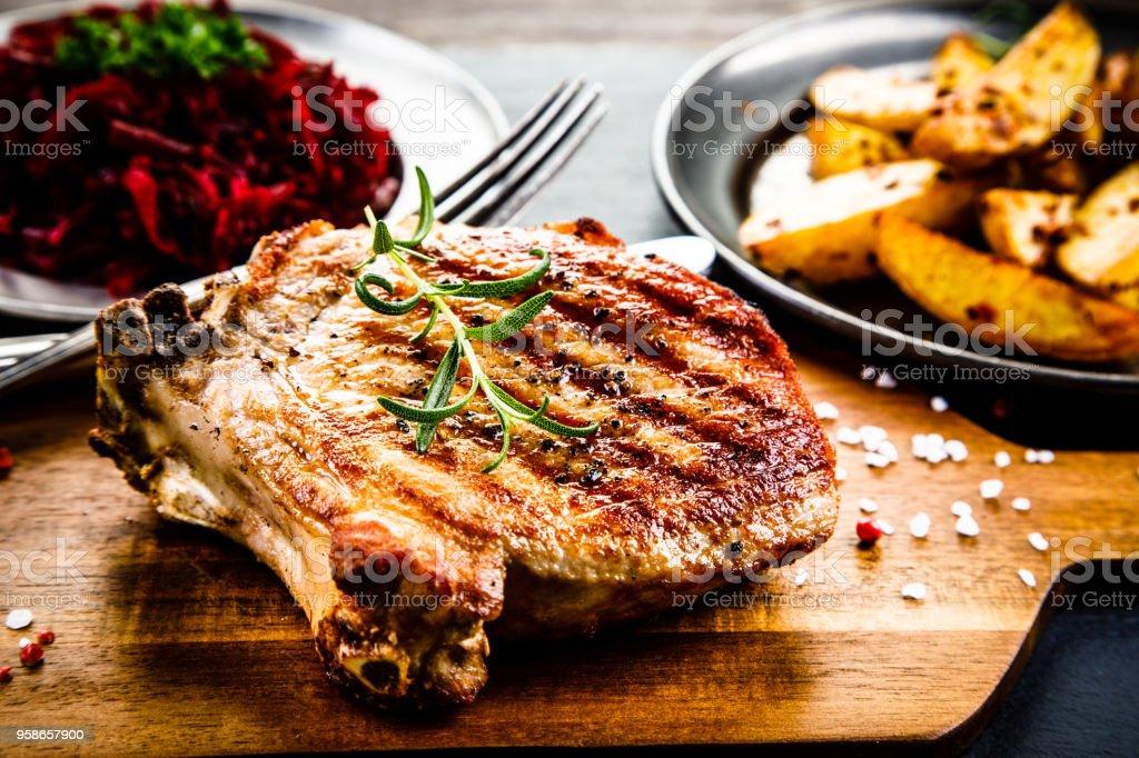 Gegrilltes Schweinekotelett und Gemüse – Foto