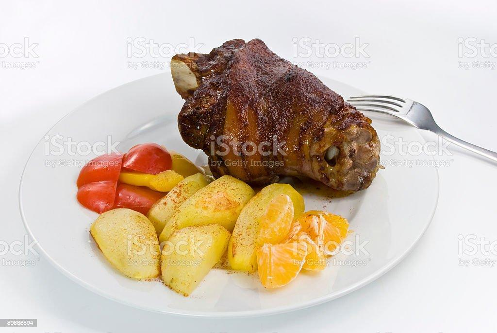 Nudillos de cerdo asado con papas fritas profunda foto de stock libre de derechos