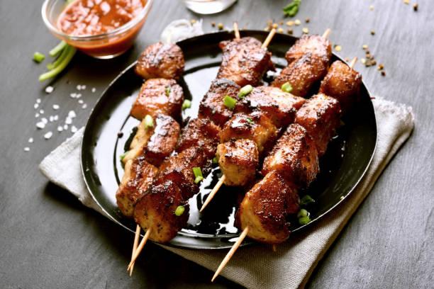 gegrilltes schweinefleisch spieße - spieße grillen stock-fotos und bilder