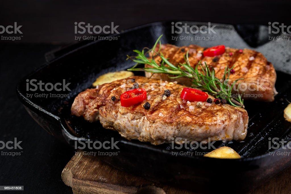烤豬肉牛排燒烤鍋 - 免版稅上衣圖庫照片