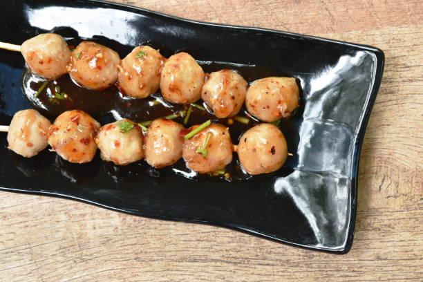 gegrillte schweinesehne fleischkugel stechen in holz-stick dressing würzig und süße sauce - peperoni stiche stock-fotos und bilder