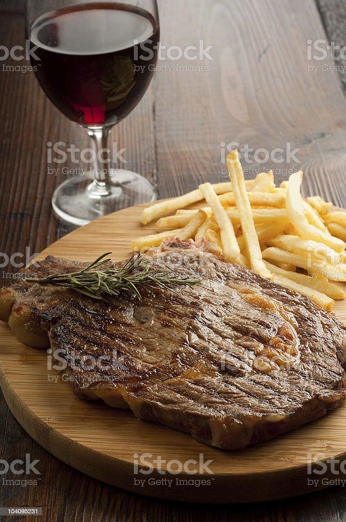 Gegrilltes porterhouse-Steak mit Pommes – Foto