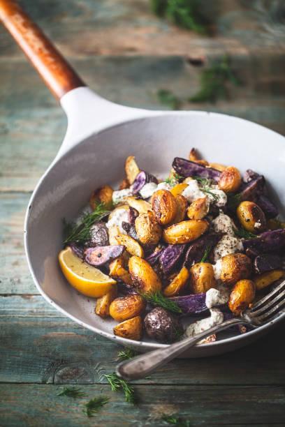gegrillter kartoffelsalat und frühlingssenstersoße. kartoffelfries im salat - gourmet küche stock-fotos und bilder