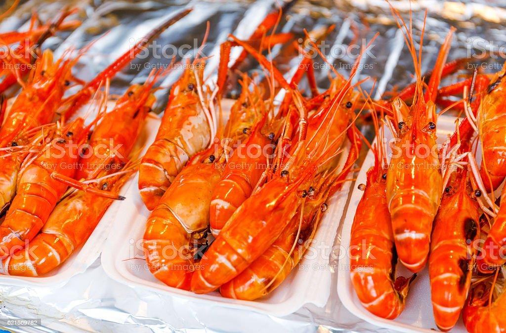 Grilled prawns in a food market photo libre de droits