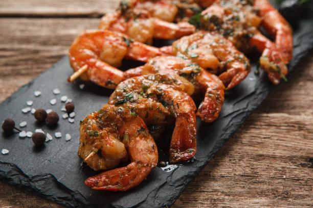 Gegrillte Garnelen auf schwarzem Schiefer. Mediterrane Küche. – Foto