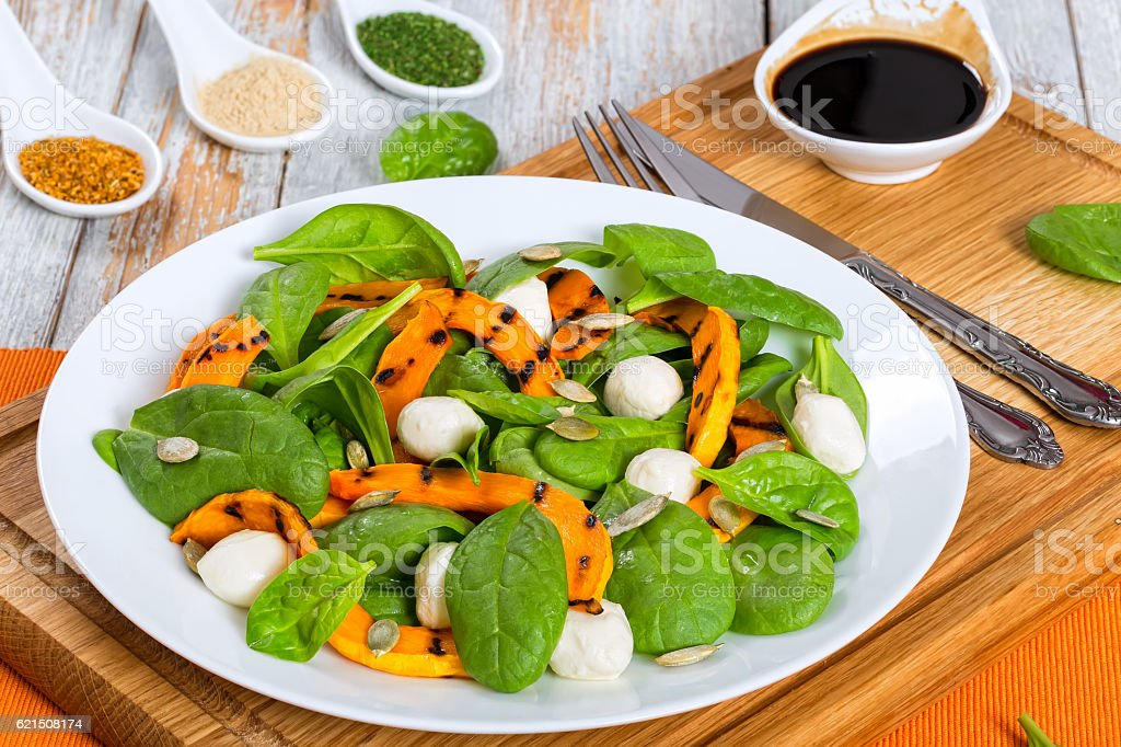 grilled pumpkin, mini mozzarella and spinach autumn salad foto stock royalty-free