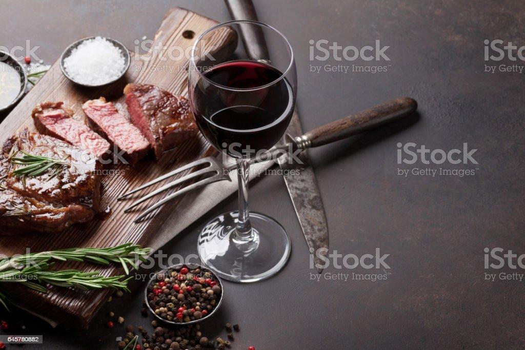 A la parrilla bistec de ribeye con vino tinto, hierbas y especias - Foto de stock de Aceite de oliva libre de derechos