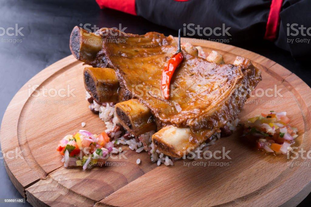Costillas a la parrilla servidas con arroz - foto de stock