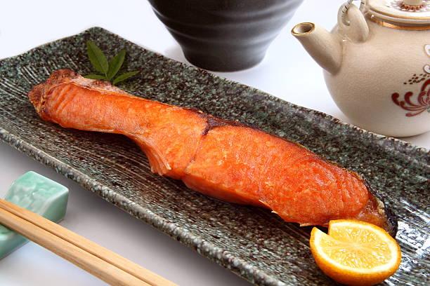 grilled salmon. japanese food - peixe na grelha imagens e fotografias de stock