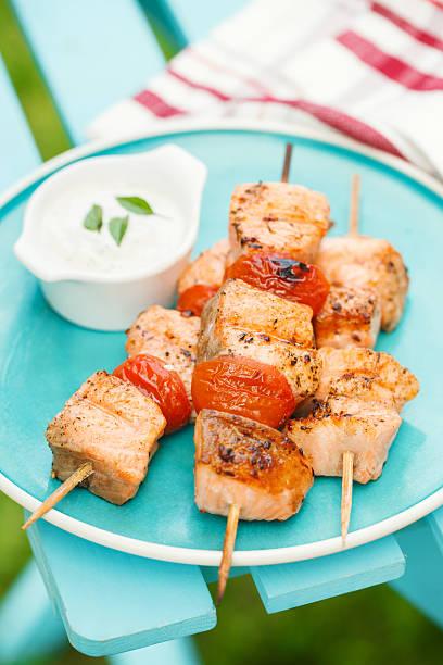 gegrillter lachs-kebabs mit kirschtomaten und knoblauch-sauce - kebab marinade stock-fotos und bilder