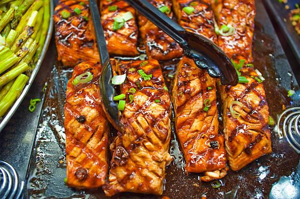 gegrillter lachs - marinade für grillfleisch stock-fotos und bilder