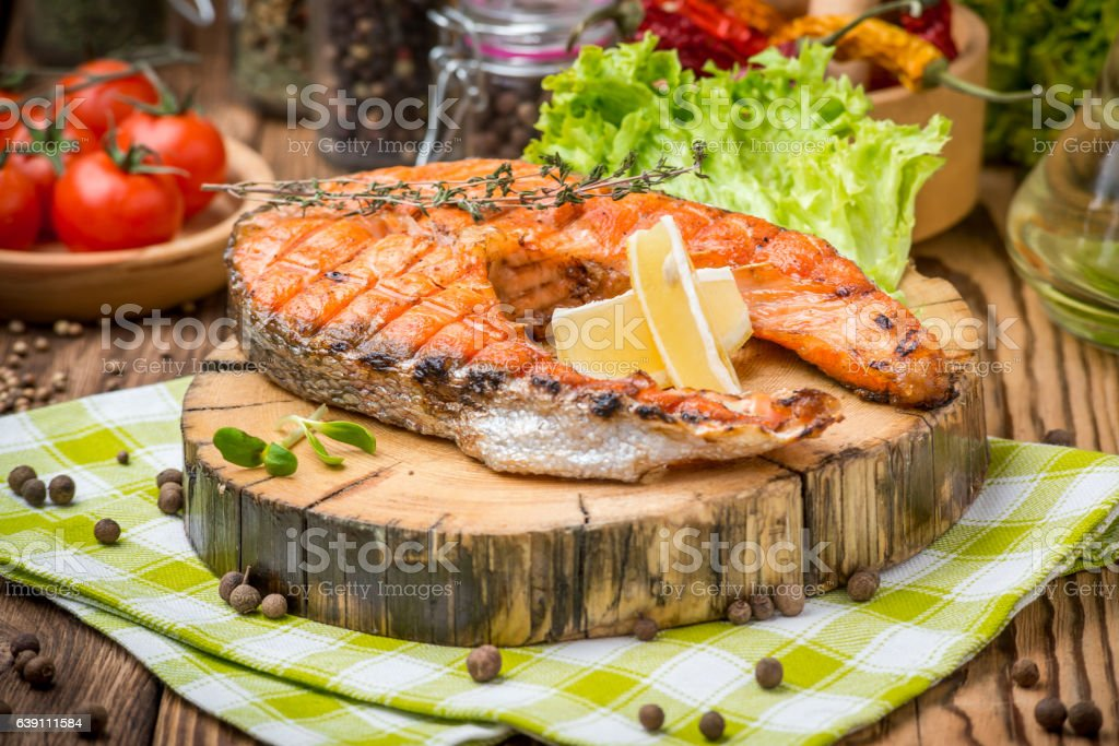 grilled salmon steak on a plate made – Foto