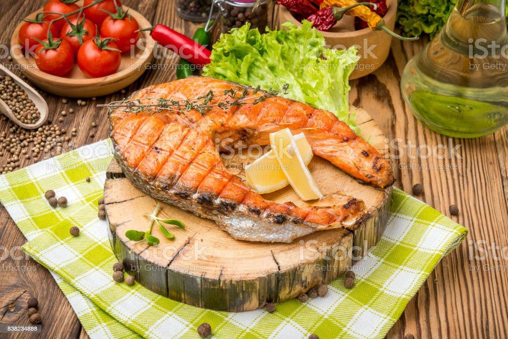 Gegrilltes Lachssteak auf einer Platte aus – Foto