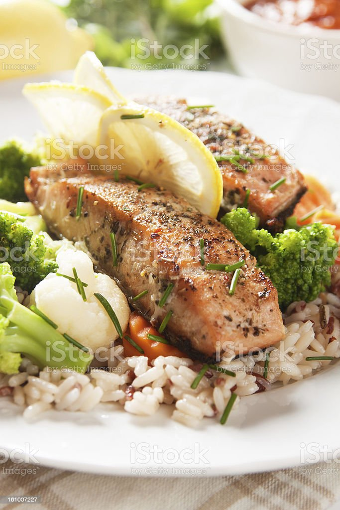 Filete de salmón a la parrilla, preparados con arroz vith - foto de stock