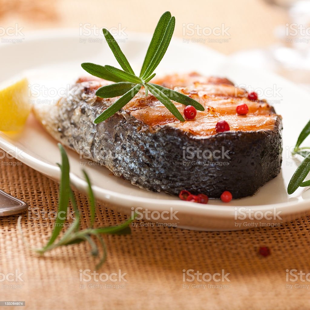 Darne de saumon grillé et de romarin et de poivre - Photo