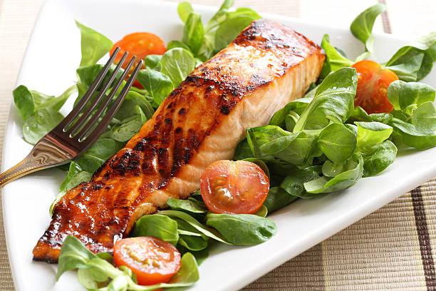 grilled salmon with a honey glaze - geglazuurd stockfoto's en -beelden