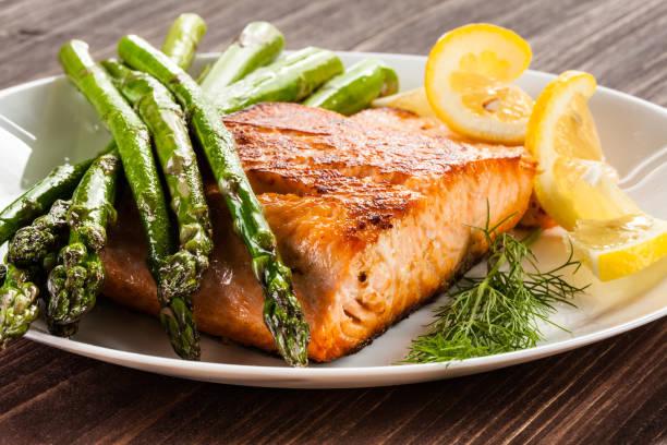 烤三文魚配炸薯條和蘆筍 - 即食口糧 個照片及圖片檔