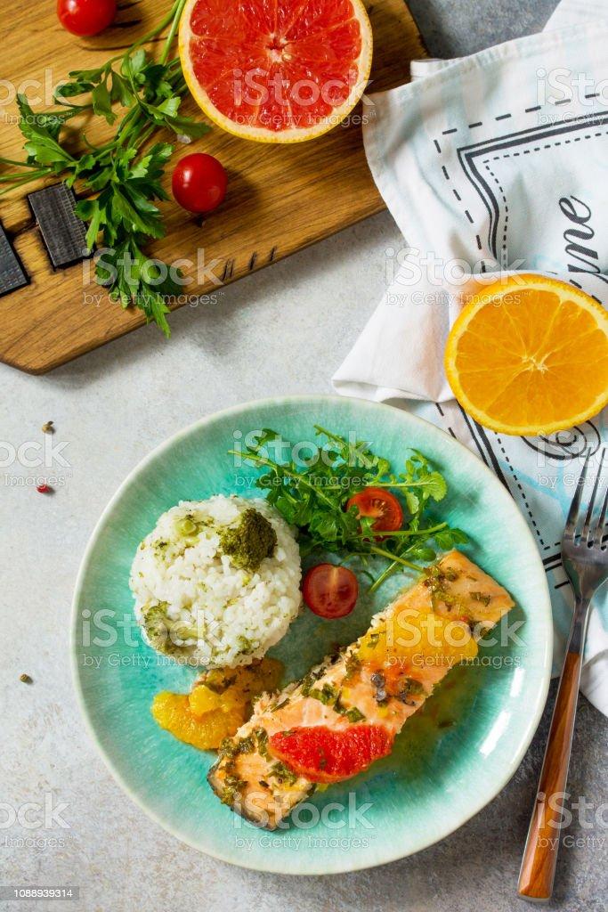 Salmón A La Parrilla Con Salsa De Naranja Pomelo Y Arroz