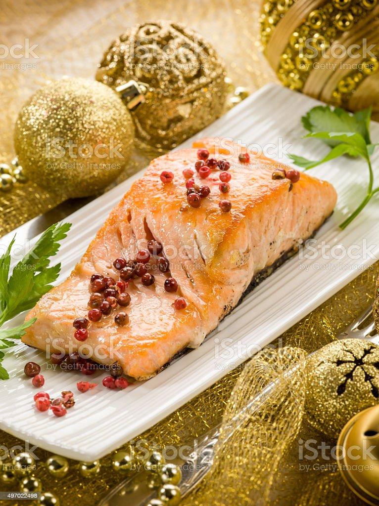 El salmón asado con pimienta rosa mesa en Navidad - foto de stock