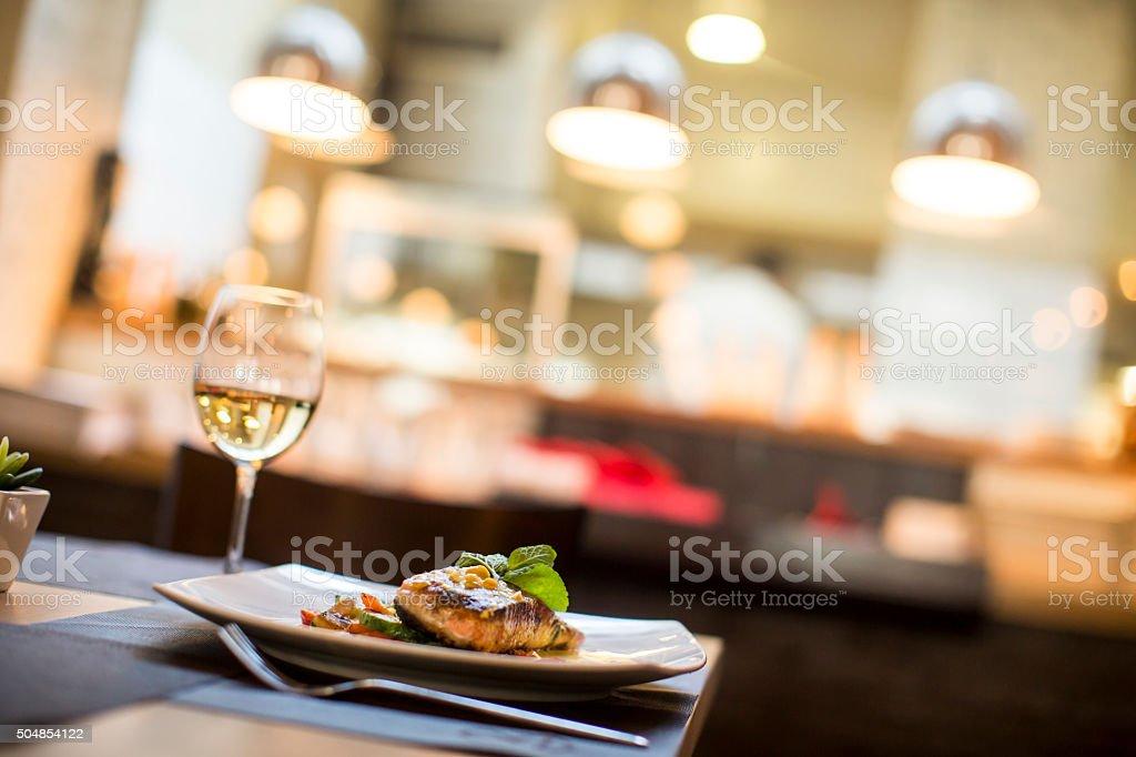 El salmón asado con salsa de hierbas y que se sirven en el restaurante - foto de stock