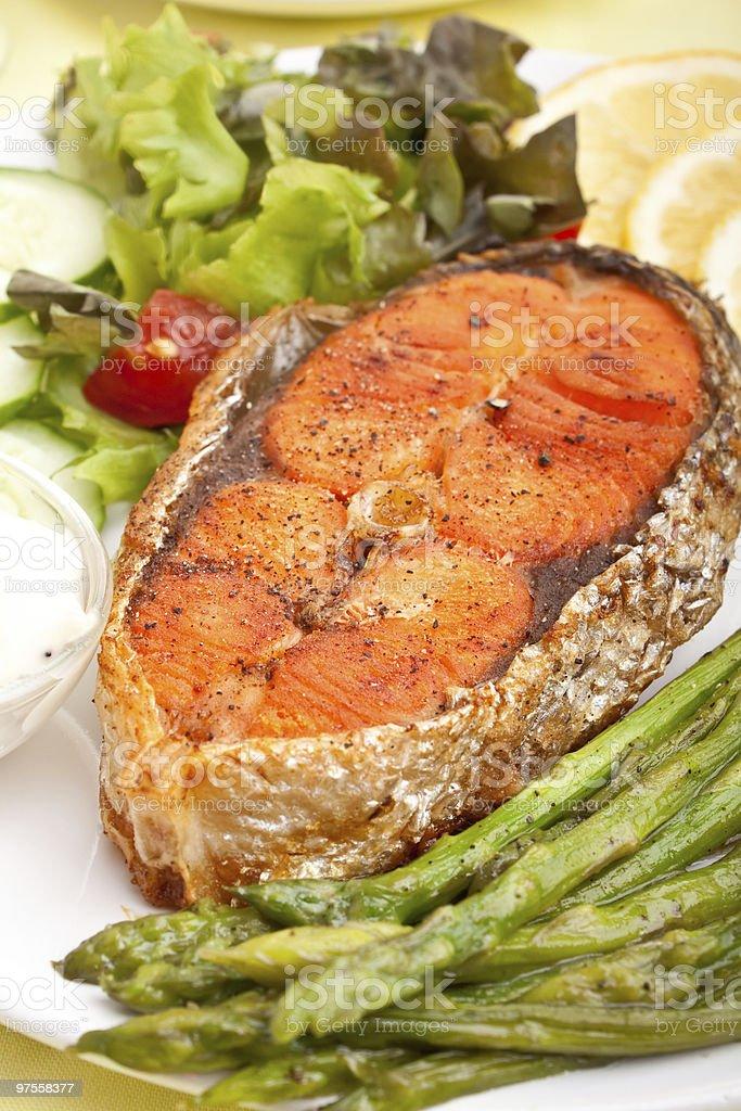 Saumon grillé avec des légumes photo libre de droits