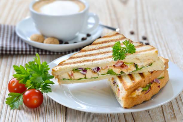 Gegrilltes Sandwich mit Cappuccino – Foto