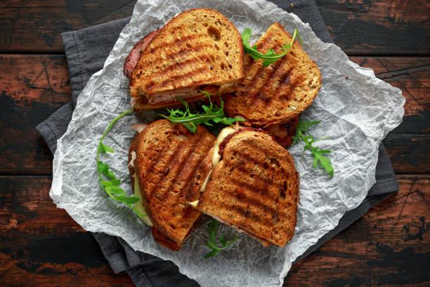 türkiye, pastırma, domates ve peynir rustik ahşap arka plan üzerinde ızgara sandviç - parma jambonu stok fotoğraflar ve resimler
