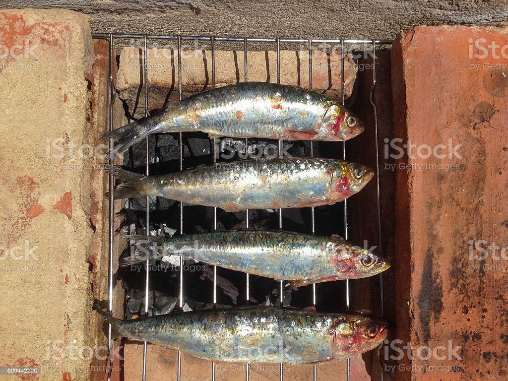 Grilled sardines cooked in traditional red bricks barbacue - foto de stock