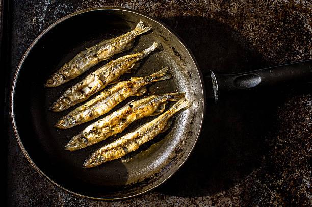 grilled sardines - frying pan bildbanksfoton och bilder