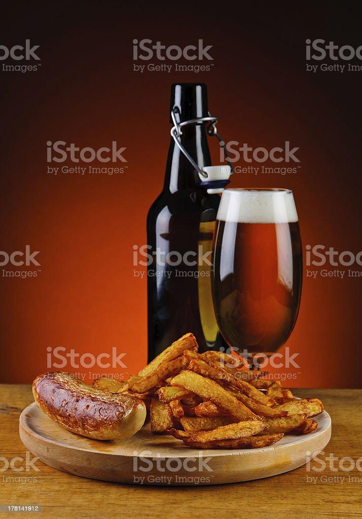 Gegrillte Würstchen, Pommes Frites und Bier – Foto
