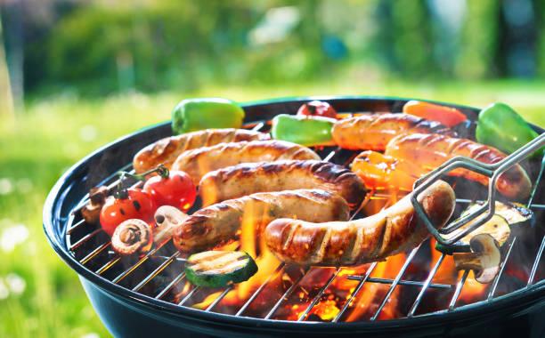 kiełbasa z grilla na płonącym grillu - grillowany zdjęcia i obrazy z banku zdjęć