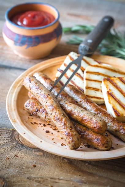 gegrillte würstchen und käse mit rosmarin - top restaurants münchen stock-fotos und bilder