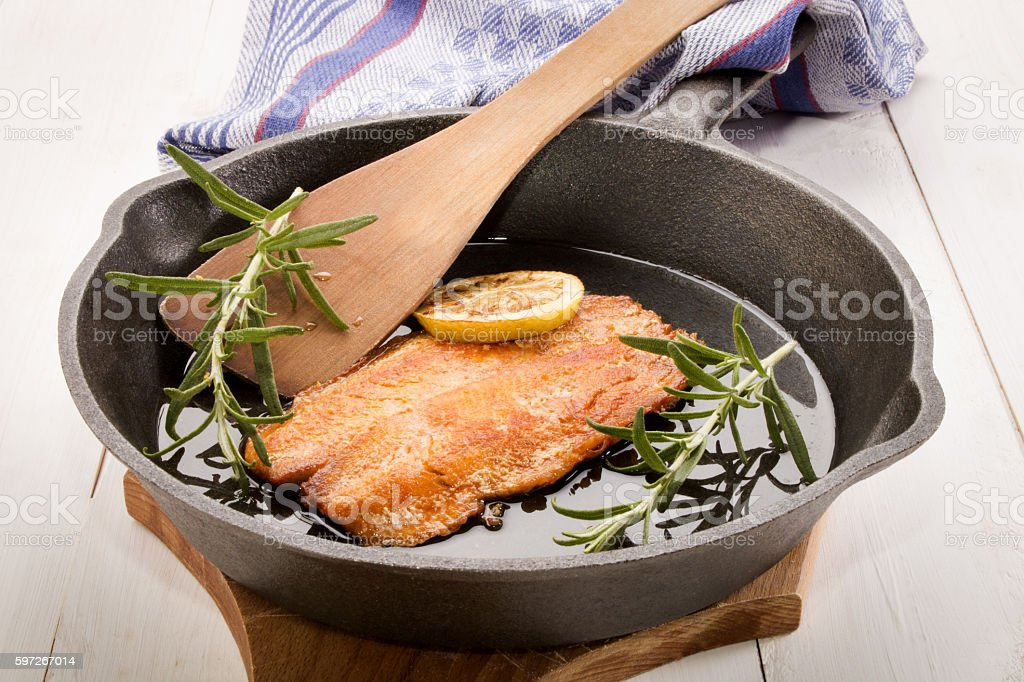 grilled scottish kipper in a cast iron pan photo libre de droits