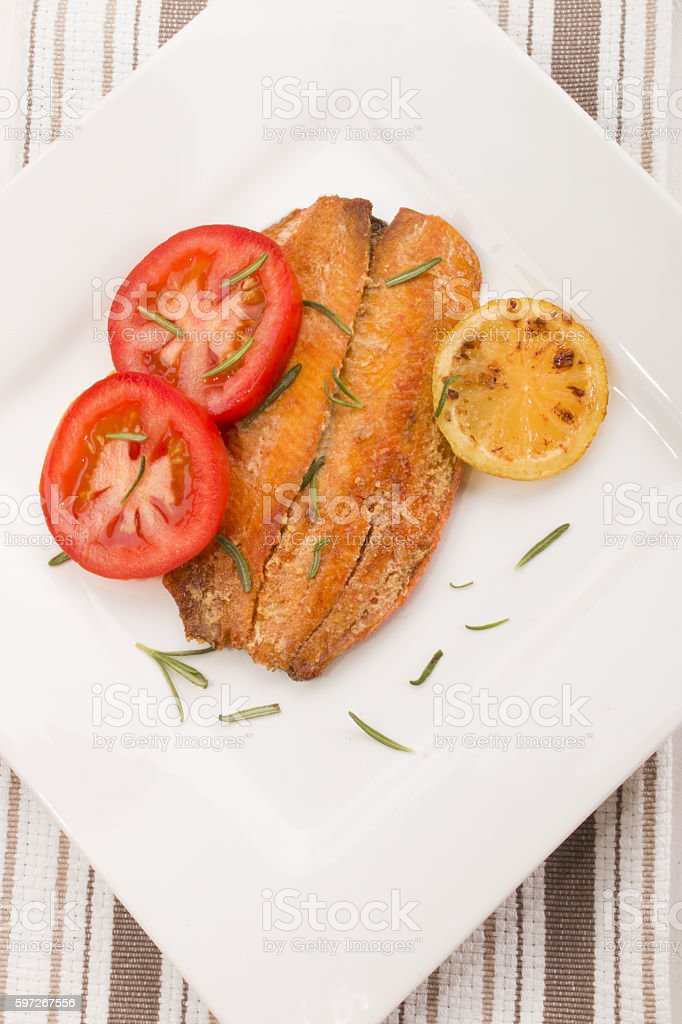 grilled scottish kipper with rosemary, tomato and slice lemon Lizenzfreies stock-foto