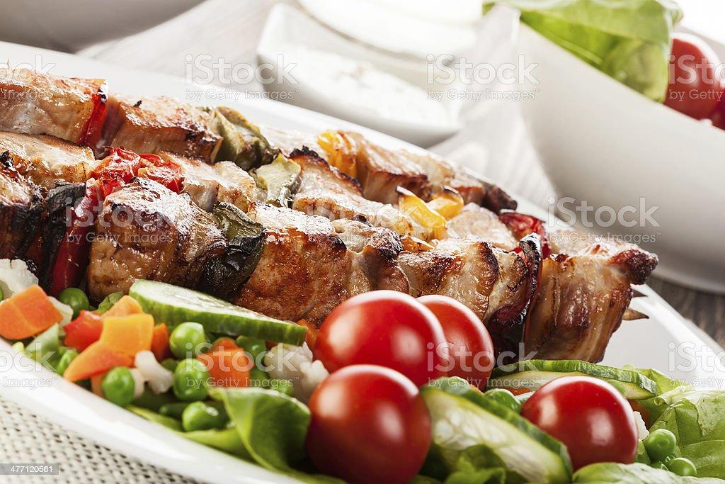 shashlik a la parrilla con verduras - Foto de stock de Alimento libre de derechos