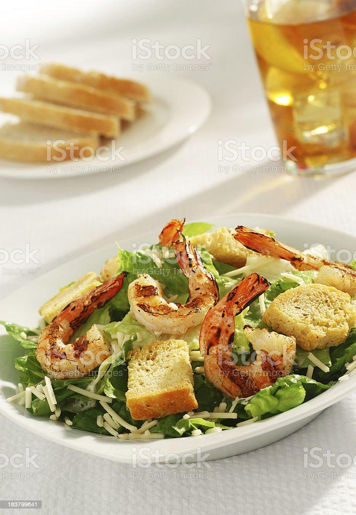 Caesar-Salat mit gegrillten Krabben Lizenzfreies stock-foto