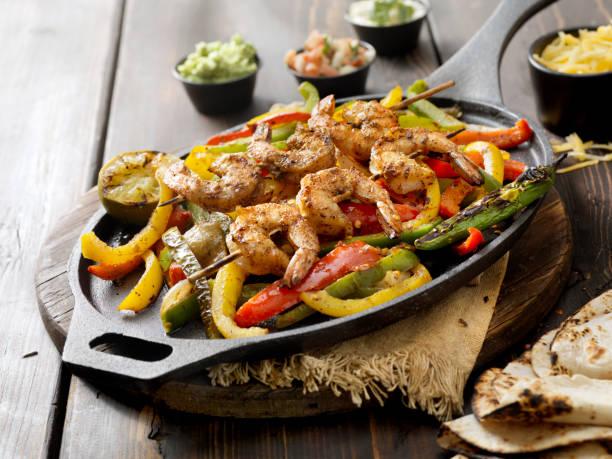 gegrillte garnelen fajita platter - meeresfrüchte enchiladas stock-fotos und bilder