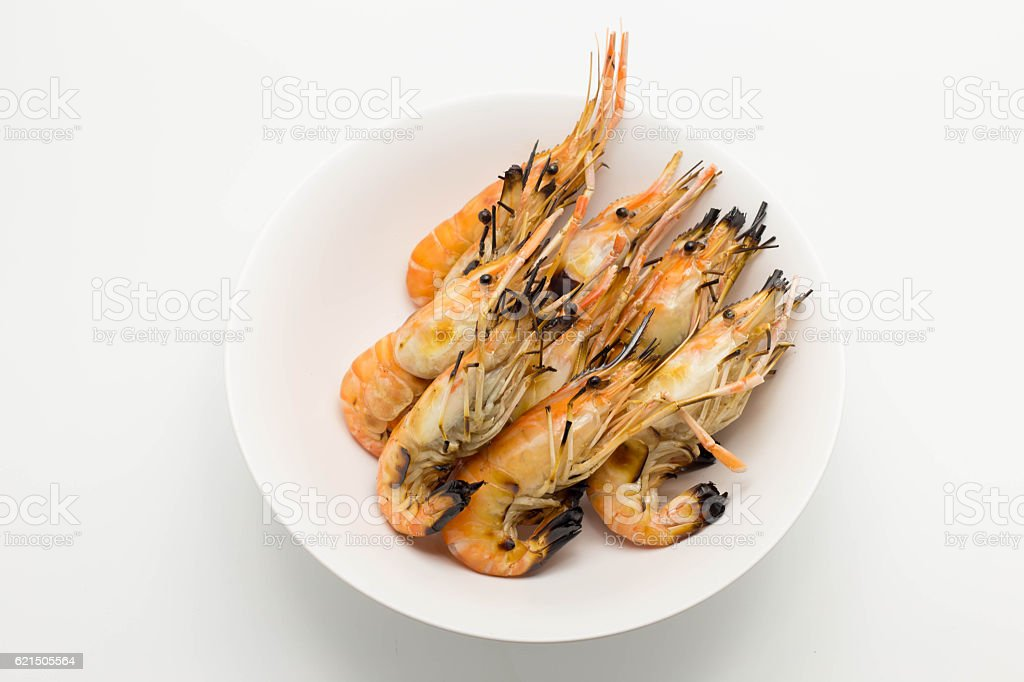 Grilled shrimp in white dish isolated photo libre de droits