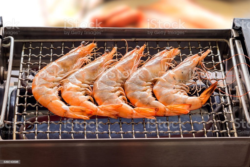 Camarones a la parrilla o una barbacoa camarones a la parrilla en eléctrico grill., foto de stock libre de derechos