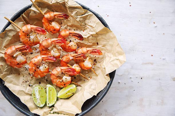 gegrillte shrimps - spieße grillen stock-fotos und bilder