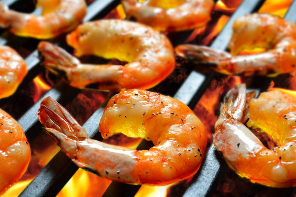 grilled shrimps,prawns on the flaming grill - gegrillte garnelen stock-fotos und bilder