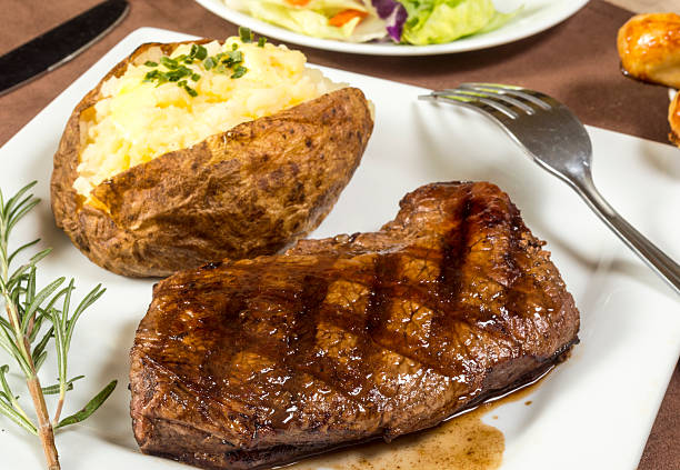 grilled sirloin steak dinner - strip steak stockfoto's en -beelden